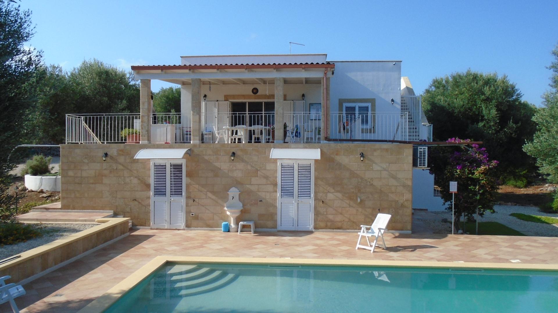Affitto villa con piscina in puglia zona ostuni prenota for Case affitto
