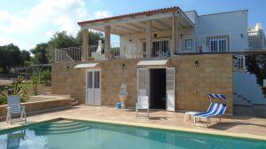 Affitto-Villa con Piscina in Puglia – zona Ostuni     4 camere con bagno privato – ampia zona giorno – piscina     Situato sulle colline, propaggine