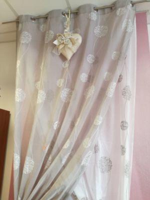 Regaliamo i cuscini per il tuo divano, acquistando le tende per il tuo salotto