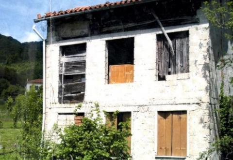 Casa con giardino di 3 piani da ristrutturare valdagno for Piani di casa tropicale con cortili