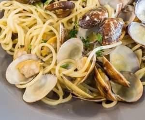 Nuovo menù molto gustoso con buonissima pizza , primi piatti di pesce con vongole fresche , filetto di manzo ai funghi e alla griglia o all'aceto bal