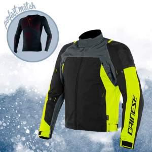 """Scopri il """"perfect match"""" per l'inverno    :    la giacca sport touring Speed Master D-Dry di Dainese e la maglia termica D-Core Thermo Tee.    Affr"""