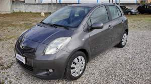 TOYOTA YARIS 1.3 BENZINA  gomme M+S come nuove, (ant. 5,6 mm, post. 7,8 mm), fendinebbia, c.centr., 2 chiavi, 4 airbag, ABS, clima, radio CD MP3, vol
